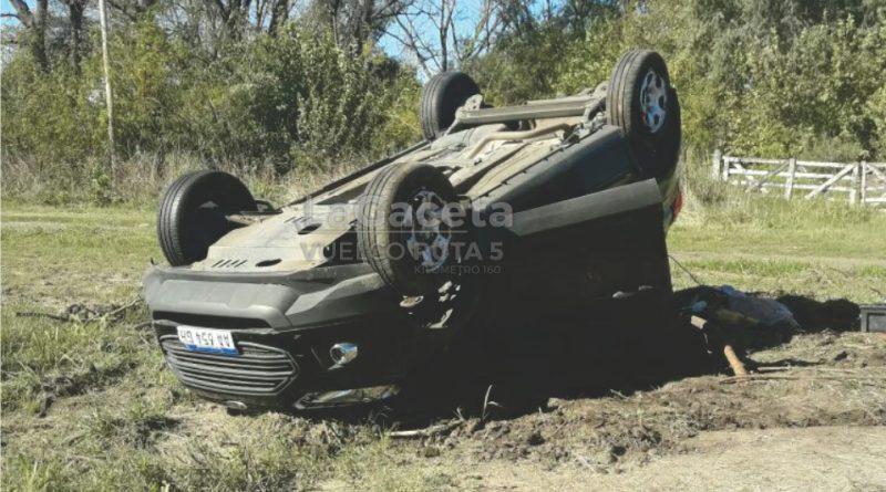 Perdió el control del vehículo, despistó y volcó en Ruta 5