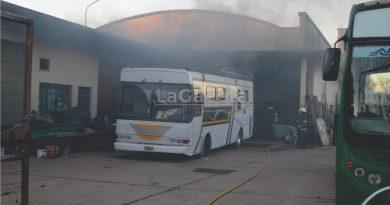 VIDEO Voraz incendio en un taller de calle Mathus entre 92 y 94