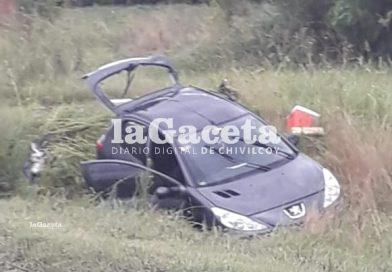 Un auto con cuatro ocupantes, despistó y volcó en Ruta 5