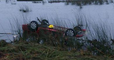 Un joven falleció cuando volcó y terminó en una laguna