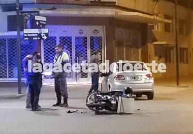 Colisionaron una moto y un auto en Avenida Sarmiento