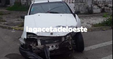 VIDEOS El conductor de una camioneta, colisionó dos autos estacionados y se dio a la fuga