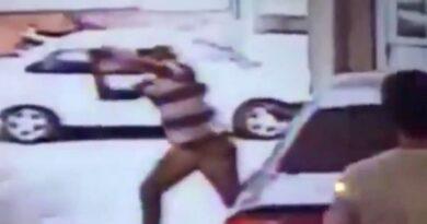 VIDEO Un hombre ingresó a una concesionaria con un hacha y comenzó a destruir el mobiliario del local y un automóvil Audi